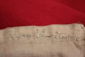 Das selbstgenähte Autogramm von Kerschbaumer auf der Tiroler Fahne.