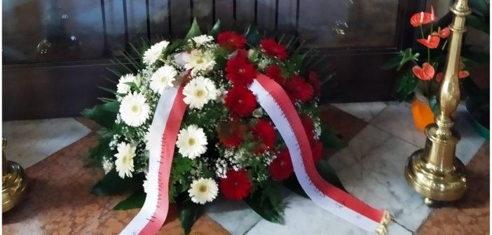 Herz-Jesu-Bild mit Blumen geschmückt