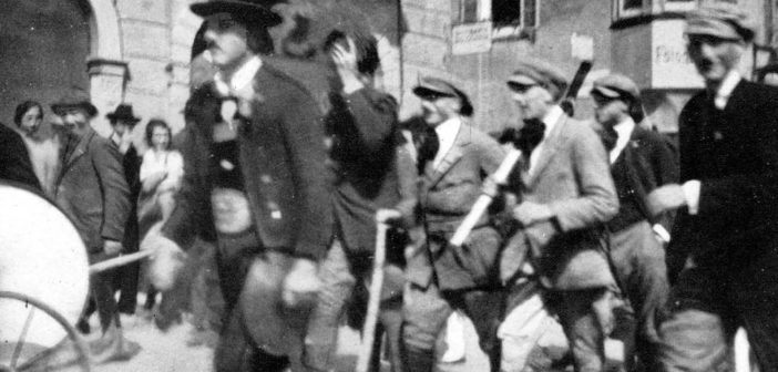 Professor Giorgio Trettel vertretet Gemeinde Ziano bei Gedenkfeier für ermordeten Daprà